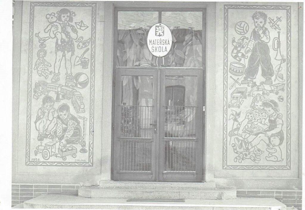 Historický vstup do budovy mateřské školy Prachovice